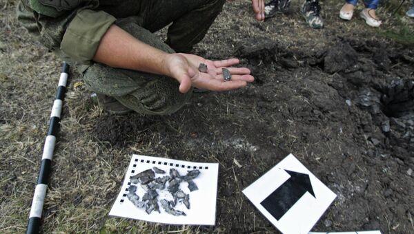 Воронка от минометного снаряда, образовавшаяся в результате обстрела в районе города Ясиноватая Донецкой области