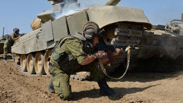 Военнослужащие личного состава танкового батальона отражают условную атаку боевиков. Архивное фото