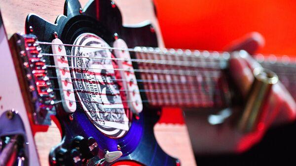 Гитара музыканта коллектива JB and 24 kopeks (Великобритания и Россия) Джулиана Бардока во время выступления на открытии фестиваля Koktebel Jazz Party