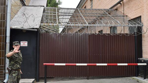 Сотрудник охраны у входа в Лукьяновский следственный изолятор в Киеве. Архивное фото