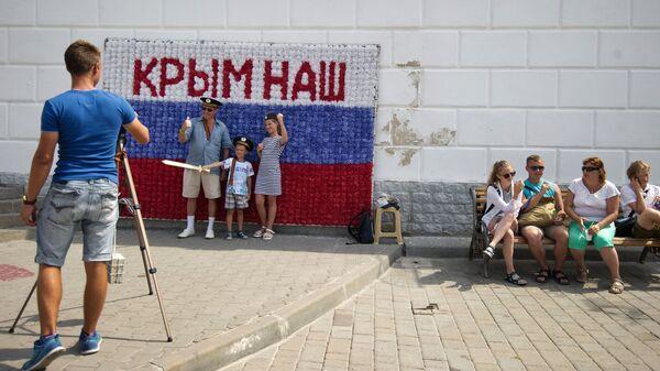 Гости Севастополя фотографируются на набережной города в рамках патриотической акции Бесплатное фото
