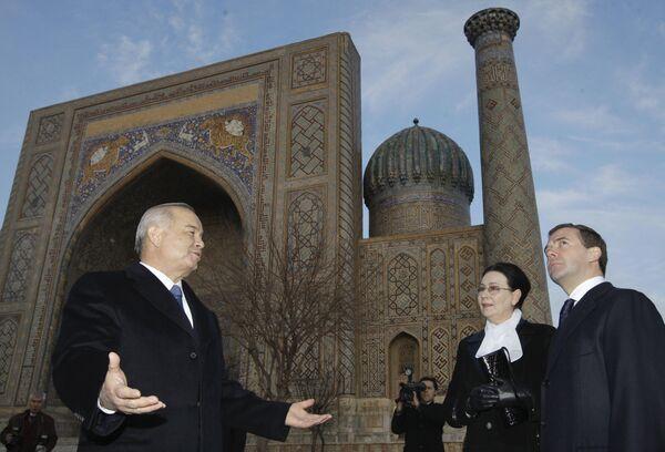 Дмитрий Медведев и президент Узбекистана Ислам Каримов во время осмотра достопримечательностей Самарканда