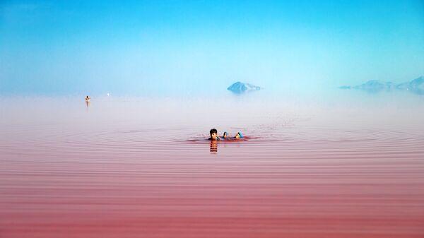 Туристы во время купания в соленом озере Урмия на северо-западе Ирана