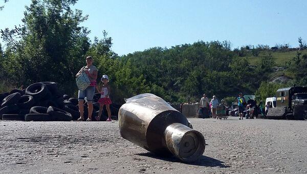 Осколок снаряда неподалеку от КПП Станица Луганская на линии соприкосновения в Донбассе. Архивное фото