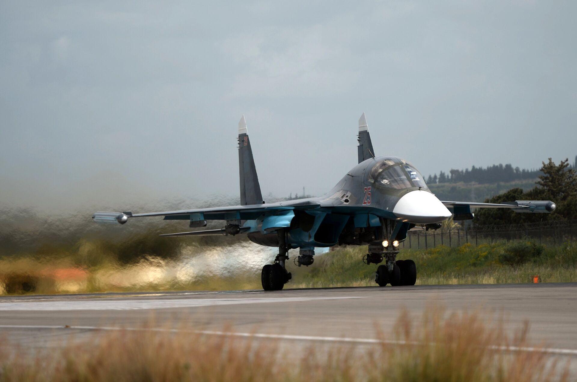 Российский истребитель Су-34 совершает взлет на авиабазе Хмеймим в Сирии - РИА Новости, 1920, 28.09.2020