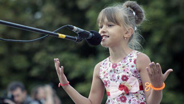 Девочка выступает на памятном мероприятии Они не услышат последний звонок в Донецке