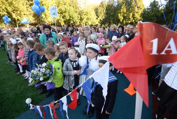 Первоклассники на праздничной линейке в школе № 1582 города Москвы в День знаний