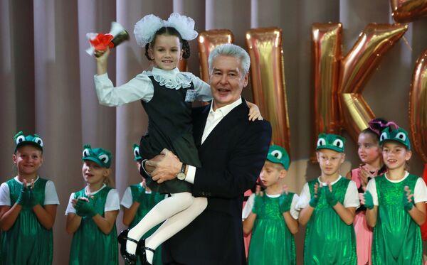 Мэр Москвы Сергей Собянин во время посещения праздничного концерта, посвященного Дню знаний, в школе №9 в Москве