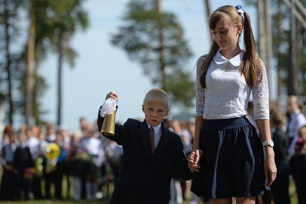 Учащиеся средней школы поселка Калиново Свердловской области на праздничной линейке в День знаний