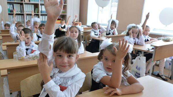 Первоклассники школы № 107 города Челябинска на уроке в День знаний