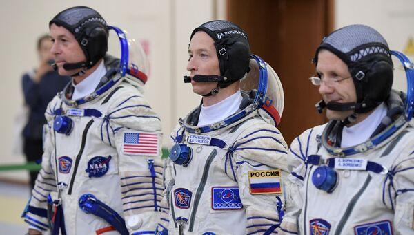 Члены основного экипажа 49/50-й экспедиции на Международную космическую станцию астронавт НАСА Шейн Кимброу и космонавты Роскосмоса Сергей Рыжиков и Андрей Борисенко (слева направо).Архивное фото