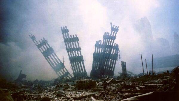 Обломки рухнувшей башни Всемирного торгового центра в Нью-Йорке. 11 сентября 2001 года