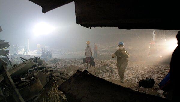 Пожарные на месте теракта 11 сентября 2001 года в Нью-Йорке