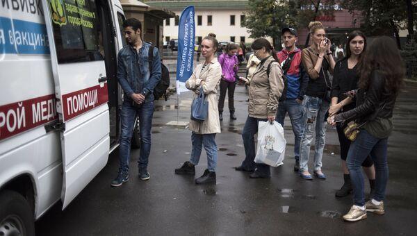 Очередь горожан у мобильного прививочного пункта на площади перед вестибюлем станции метро Бауманская. Архивное фото