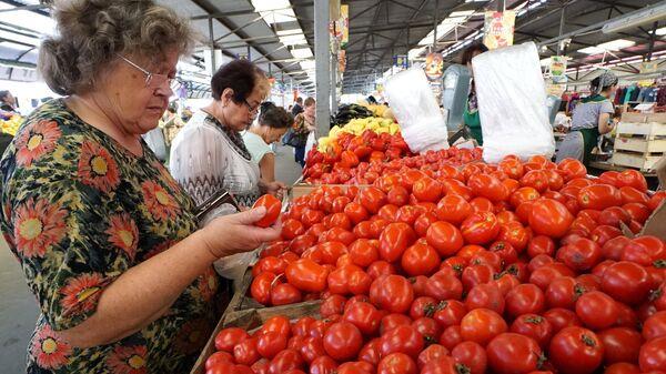 Продажа томатов на Центральном продовольственном рынке Калининграда