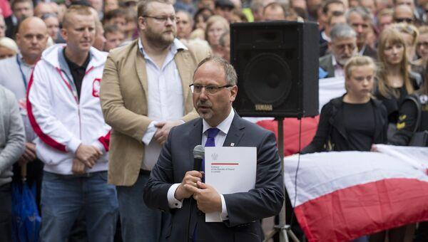 Посол Польши в Великобритании Эдвард Рачиньский на траурном митинге в городе Харлоу, где в результате драки с подростками погиб сорокалетний поляк