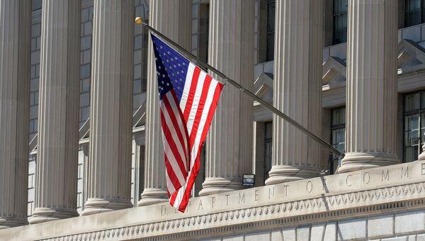 Государственный флаг США на здании министерства торговли в Вашингтоне. Архивное фото