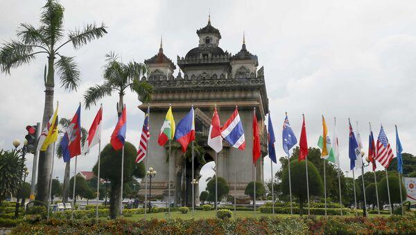 Флаги стран участниц саммита АСЕАН в Лаосе. Архивное фото