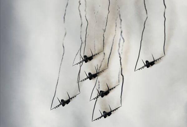 Многоцелевые истребители МиГ-29 пилотажной группы Стрижи принимают участие в авиационном шоу на аэродроме в Кубинке на Международном военно-техническом форуме АРМИЯ-2016