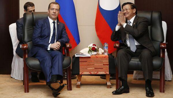 Председатель правительства РФ Дмитрий Медведев и премьер-министр Лаоса Тхонглун Сисулит во время встречи в Вьентьяне. 8 сентября 2016