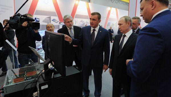 Президент РФ Владимир Путин (второй справа) и временно исполняющий обязанности губернатора Тульской области Алексей Дюмин во время осмотра выставки в научно-производственном объединении СПЛАВ.