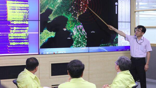 Офицер южнокорейской армии у карты Корейского полуострова с отмеченным местом сейсмособытия в КНДР. 9 сентября 2016