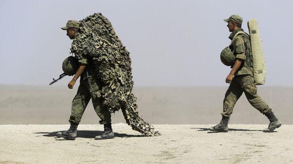Российские военнослужащие во время военных учений на побережье Черного моря в Крыму