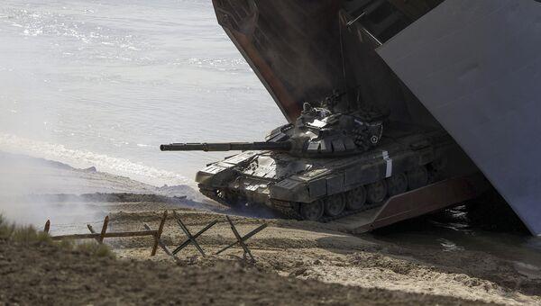 Танк во время стратегических командно-штабных учений Кавказ-2016 а побережье Черного моря, Крым. Сентябрь 2016