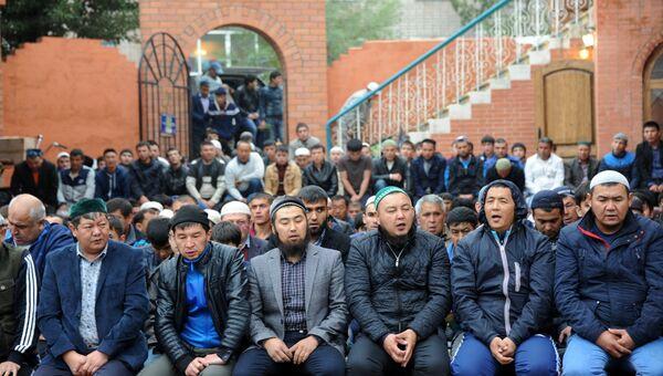 Мусульмане в день праздника жертвоприношения Курбан-Байрам возле Соборной мечети Читы