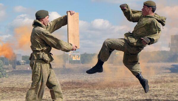 Демонстрационный показ бригады 2-й гвардейской общевойсковой Краснознаменной армии. Архивное фото