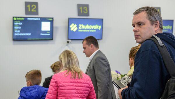 Пассажиры в аэропорту Жуковский. Архивное фото