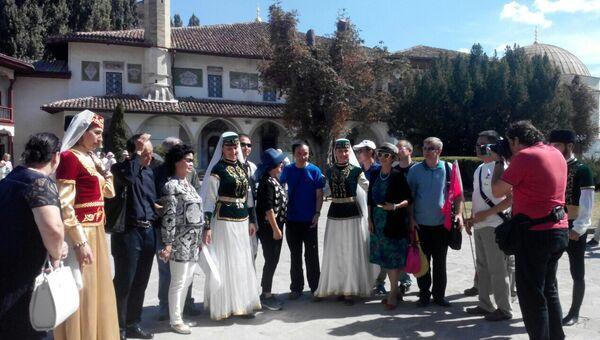 Туристы из Китая в Бахчисарае