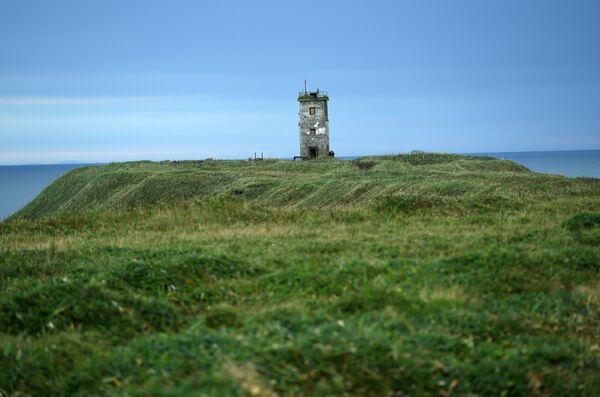 Маяк на самой крайней точке южнокурильского мыса на берегу Тихого океана на острове Кунашир Большой Курильской гряды