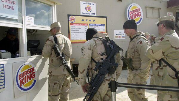 Американские военные в очереди в Бургер Кинг