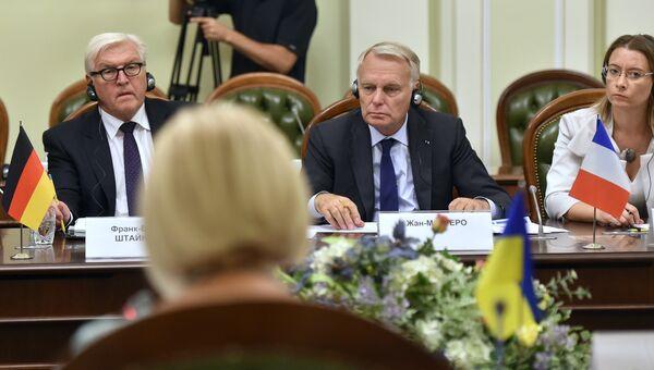 Главы МИД Франции и Германии Жан-Марк Эро и Франк-Вальтер Штайнмайер во время визита в Киев, Украина