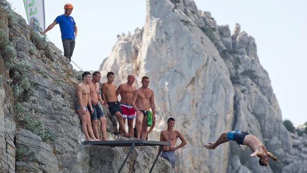 Спортсмены на тренировочной базе для занятий хай-дайвингом на скале Дива в Симеизе в Крыму