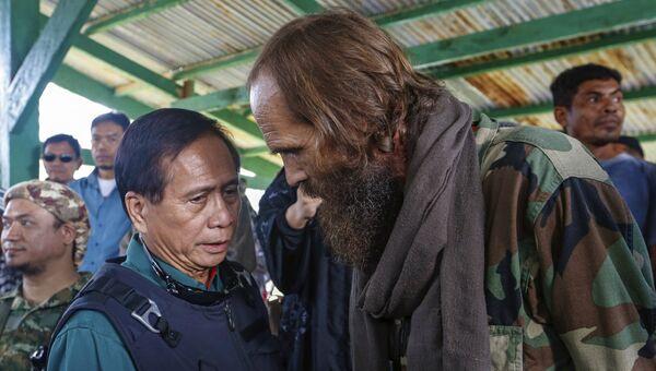 Освобожденный из плена боевиков группировки Абу Сайяф на Филиппинах норвежец Кжартан Секкингстад (справа). 18 сентября 2016