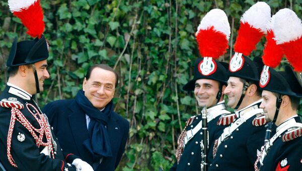 Сильвио Берлускони общается с карабинерами в Риме