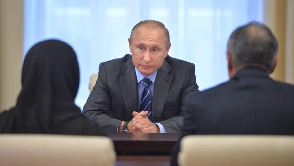 Владимир Путин во время встречи с родителями дагестанского полицейского Магомеда Нурбагандова. 21 сентября 2016