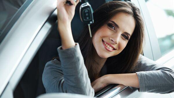 Девушка с автомобильным ключом. Архивное фото