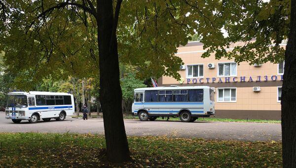 Полицейские автобусы у здания управления Ространснадзора