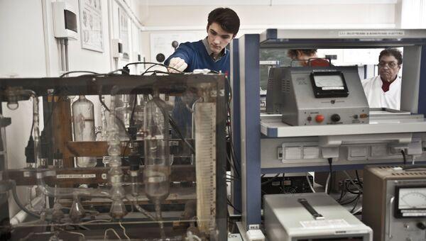 Студенты во время лабораторных исследований на факультете общей и прикладной физики в МФТИ. Архивное фото
