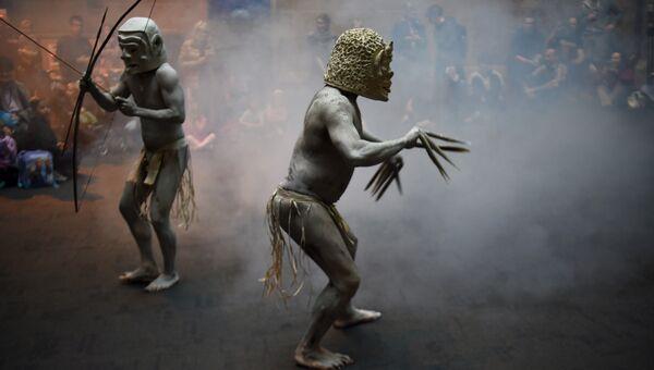 Папуасский народ Асаро мудмен во время выступления для посетителей Австралийского музея в Сиднее