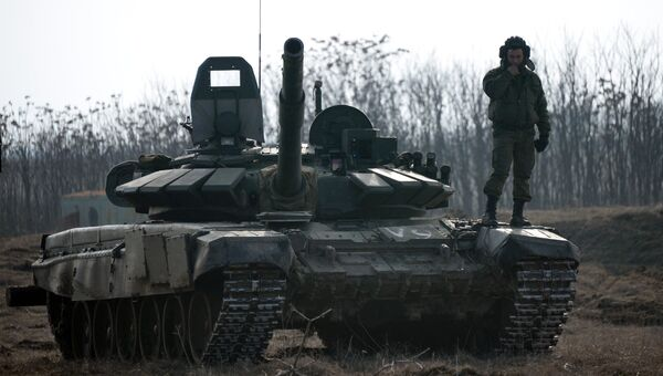 Военнослужащий на танке Т-72Б3. Архивное фото