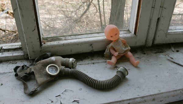 Брошенные кукла и противогаз на подоконнике в бывшем детском саду города Припять