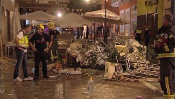 Полиция и спасатели на месте взрыва газового баллона в кафе в Малаге, 1 октября 2016