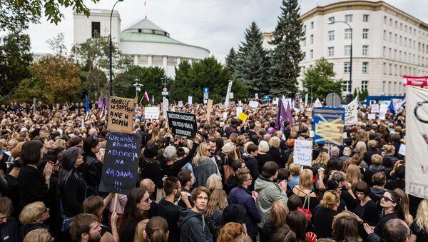Польские женщины во время акции протеста против ужесточения закона об абортах в Варшаве