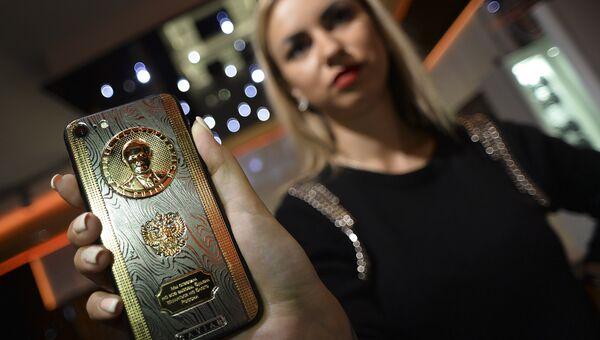 Смартфон c барельефом президента России Владимира Путина, выпущенный в честь Дня его рождения