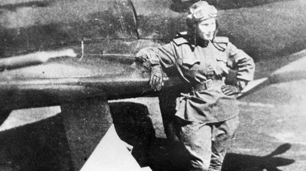 Советская летчица Лидия Литвяк у своего истребителя. 1943 год