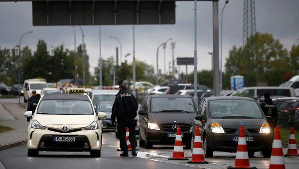 Немецкая полиция проверяет машины на въезде в аэропорт недалеко от Берлина, 9 октября 2016
